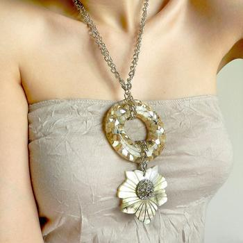 Chunky shell statement necklace in beige